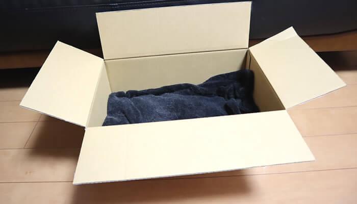 毛布を敷いた猫の段ボールベッド
