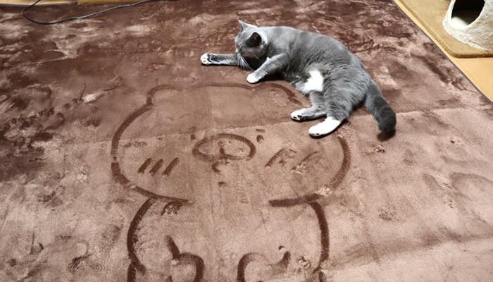 ともだちはくまの絵の上に乗る猫