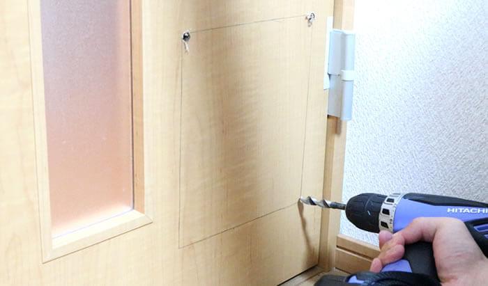 DIY猫ドアの取り付け方-ドリルで穴開け