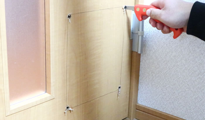 DIY猫ドアの取り付け方-ノコギリでドアに穴開ける